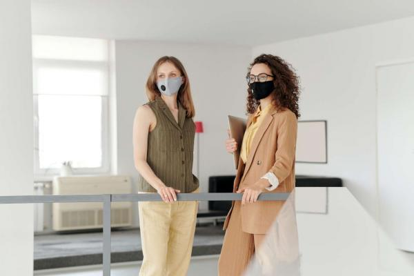 2 business women masques