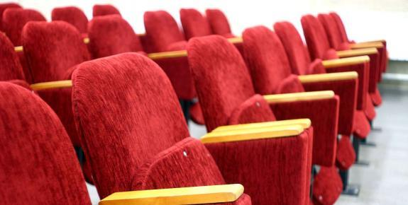 Fauteuils rouges auditorium